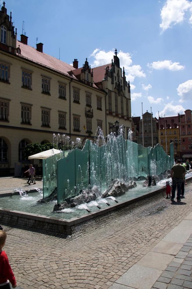 La fuente de la plaza medieval, según los habitantes le costó al ayuntamiento alrededor de 4M de zl.