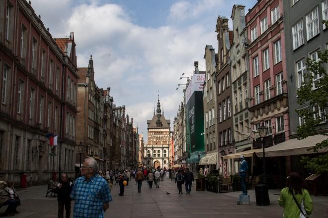 Avanzando por la calle del mercado, Długi Targ.