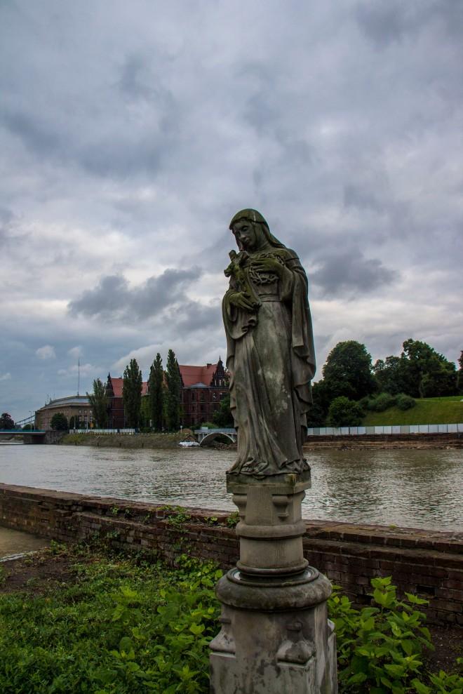 Una de las estatuas del jardín de la catedral