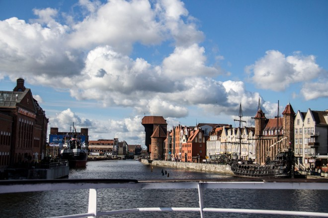 Alejandose de Gdansk en el ferry. Podemos ver la grua del antiguo puerto a lo lejos.