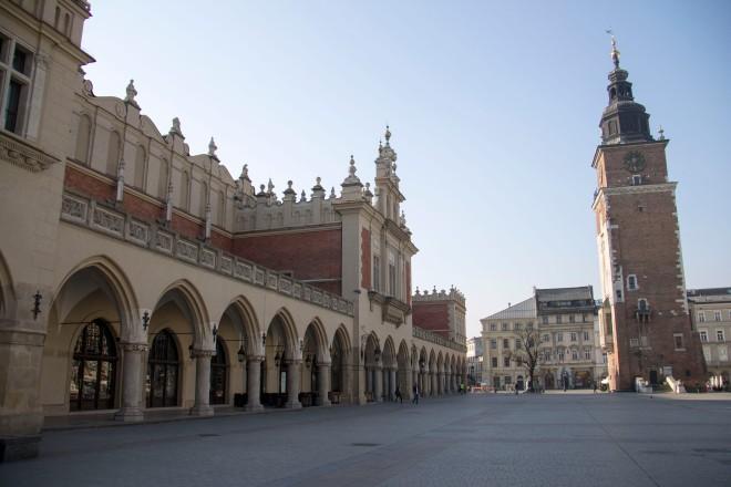 El mercado de la lana y la torre del ayuntamiento.
