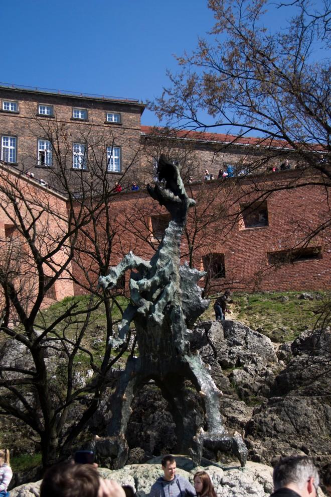 El dragón de Kraków, cada hora en punto echa fuego por la boca (menudo susto nos pegó mientras nos estábamos sacando la foto debajo suyo xD)