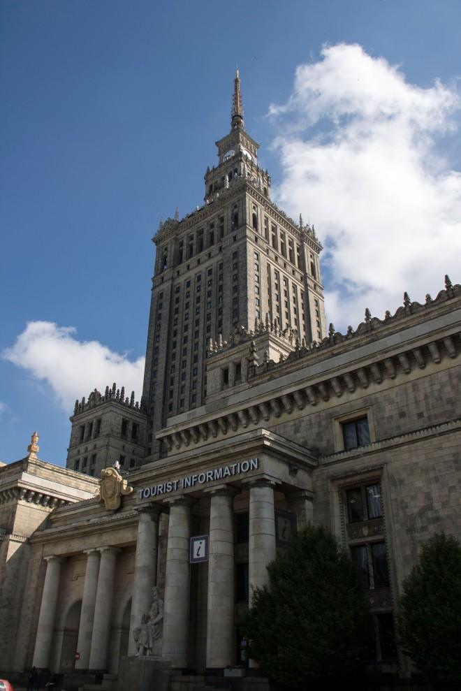 Oficina de turismo a los pies del Palacio de Cultura y Ciencia